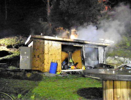 Brand einer Gartenhütte bei angrenzendem Wald!